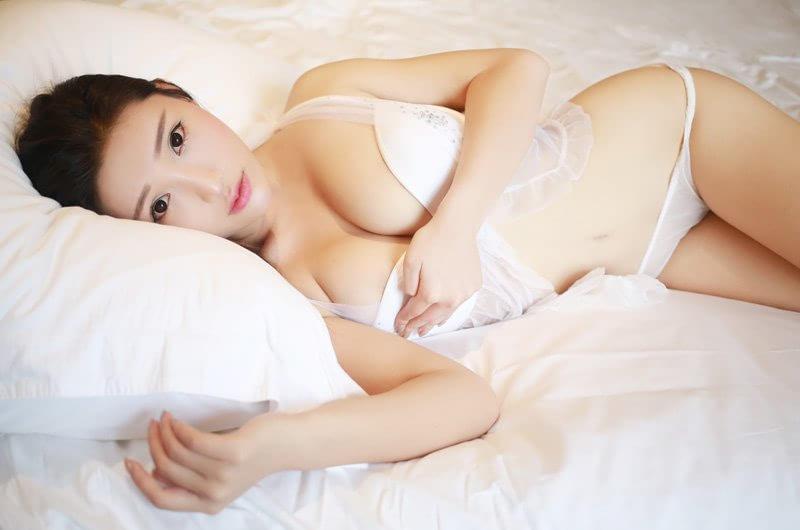 销魂美女_白皙玉腿的美女嫩模姿势撩人销魂人体艺术写真