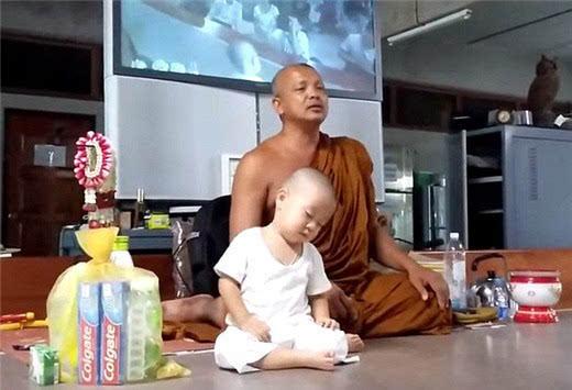 泰国2岁小和尚打坐犯困照片萌翻网友 3个月大就被送到寺庙