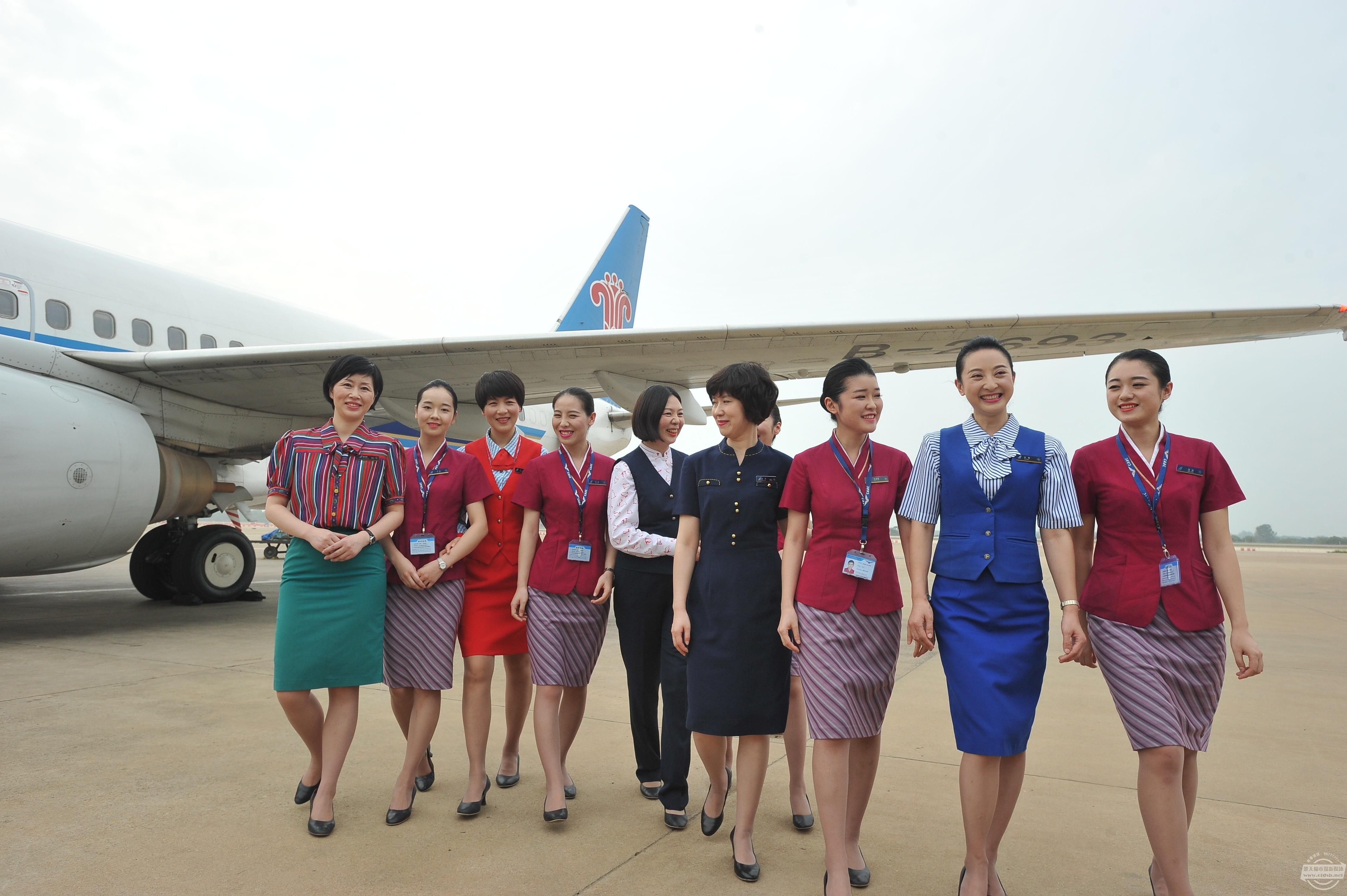 南航空姐玩 穿越 5代制服齐亮相图片