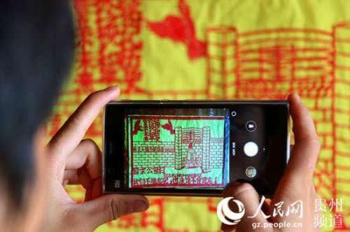 贵州侗族农民秀剪纸 庆祝抗战胜利70周年