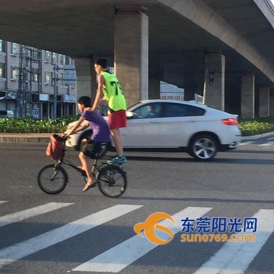 寮步:自行车后座站人太危险 切勿拿生命开玩笑