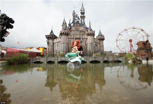神秘涂鸦大师班克西要举办主题公园展览啦!据说这次矛头对准了迪士尼