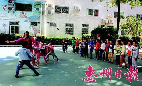 童升幼儿园老师与孩子们玩游戏