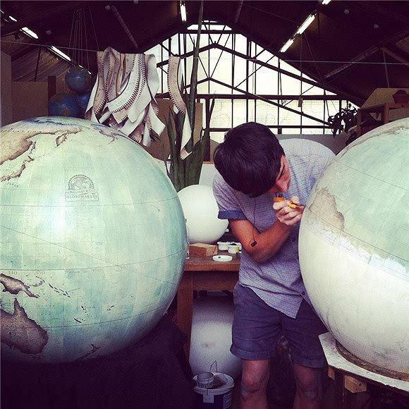 这世上 还坚持手工制作地球仪的人已经不多了