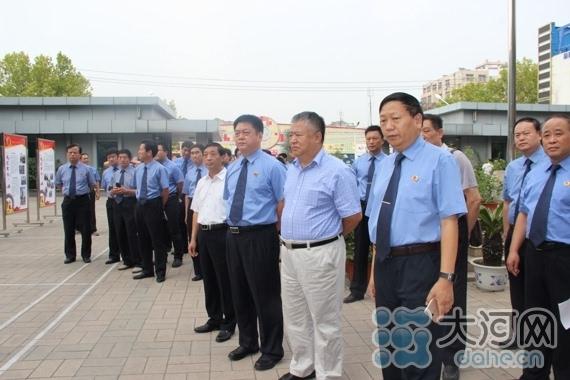在参观新华区检察院预防农村干部职务犯罪工作展板