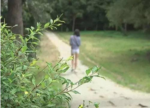 看姐姐露阴穴视频_长春南湖公园惊现露阴癖变态男子 光天化日对女孩露阴