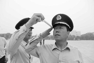 标准敬军礼�_每天中午都会这样激励自己,再对着镜子敬一个标准的军礼.
