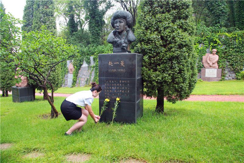 志愿者在抗日英雄杨靖宇烈士纪念碑前敬献菊花.