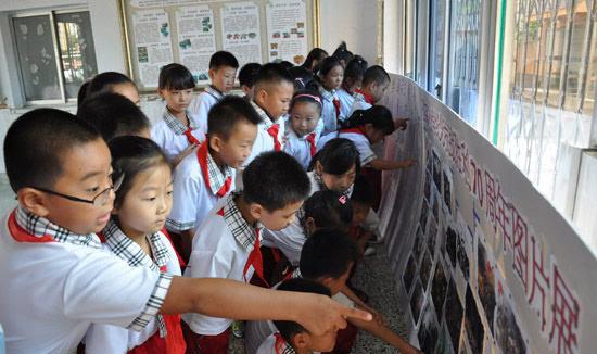 高兴,同时也为我是一名中国人而 这是西市区创新小学教学楼内展示