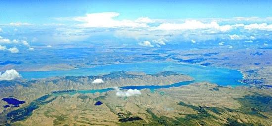 位于我省海南藏族自治州共和县境内的黄河上游的龙羊峡水库是黄河流经大草原后,进入黄河峡谷区的第一峡口,也是黄河上游第一座大型梯级电站,人称黄河龙头电站。目前,龙羊峡生态旅游景区的土林国家地质公园、黄河龙羊大峡谷、龙羊峡滨水主题公园和龙羊峡大坝四景点已建成开放,这里已成为我省又一独具特色的旅游景区。图为空中航拍的龙羊峡全景。