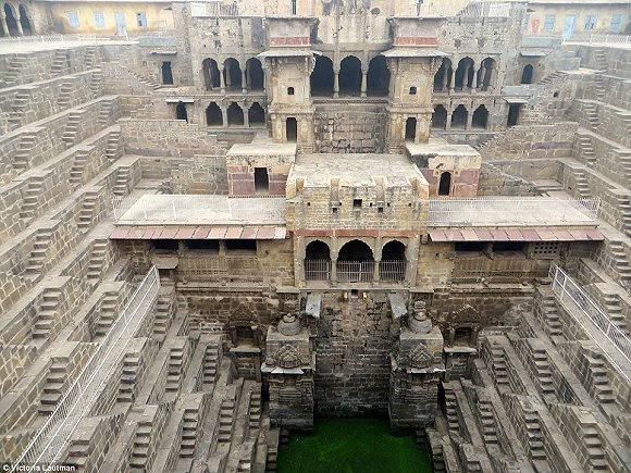 """这些宏伟的地下阶梯井是""""古代蓄水池"""",在公元2世纪到4世纪之间,在储图片"""