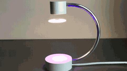 简单精致的c型支架中间,一颗飞盘一样的灯漂浮在半空中,如此及具未来