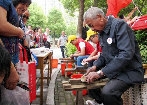 磨刀精神代代传 磨刀老人吴锦泉向志愿者传授技艺