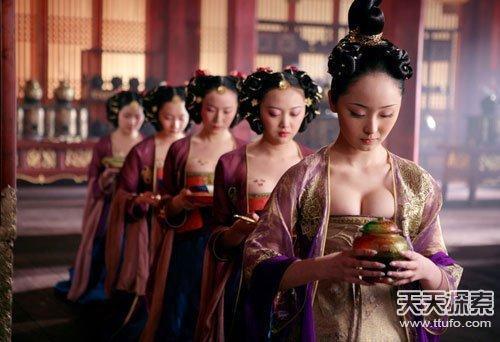 唐朝的女人为何喜欢坦胸露乳?