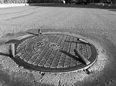 长春繁荣路 奇葩 井盖 上面长了四个 犄角