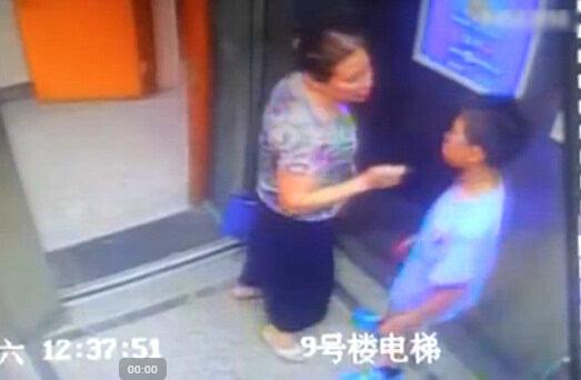 电梯内常规按耐不住强吻小学生小学生无处躲一日老太中小学图片
