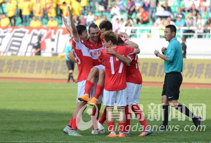 赛后,青岛黄海海牛球队上下20多人因为不满主裁判罚的主场球迷在场外