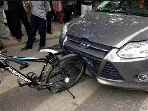汽车追尾自行车 汽车为啥凹了高清图片