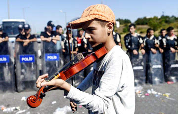 小难民在拉小提琴图片