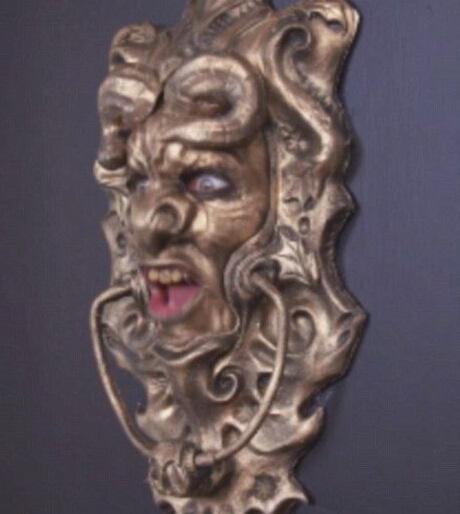 假装门环吓推销员 男子假装门环吓坏推销员 假扮怪兽状的滴水嘴