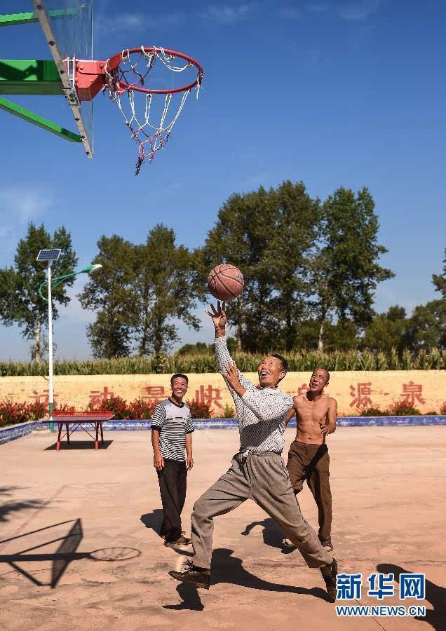 9月17日,榆树市大岭镇贾泉村村民在文体广场打篮球.