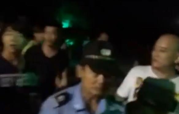 州初中女生打架扒衣_雷州街头女生遭扒衣群殴 围观者起哄警察拦不住
