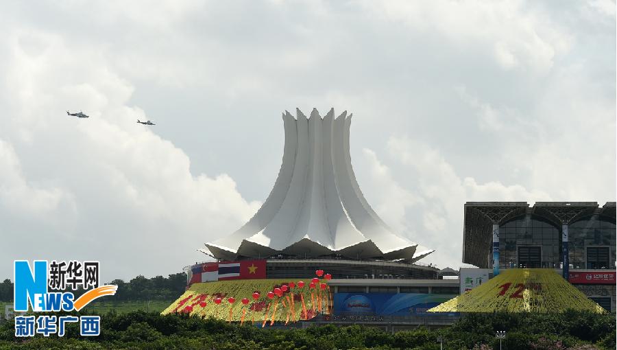 在广西南宁国际会展中心,两架警务直升飞机在盘旋巡逻(9月18日摄).