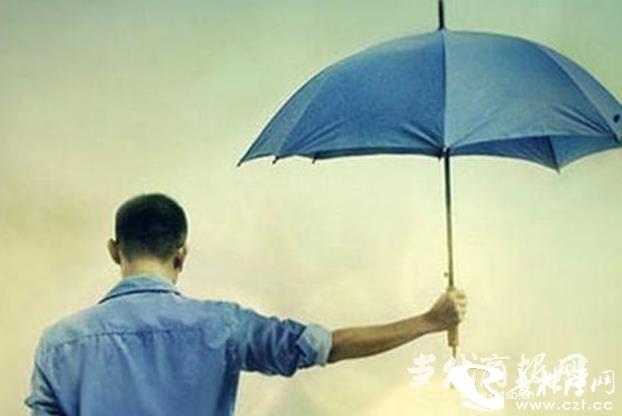 民警为官员打伞