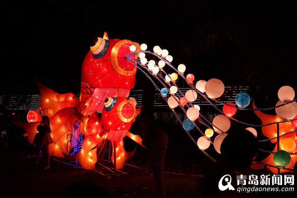 游客在青岛世博园中秋·国庆赏灯会上赏灯.