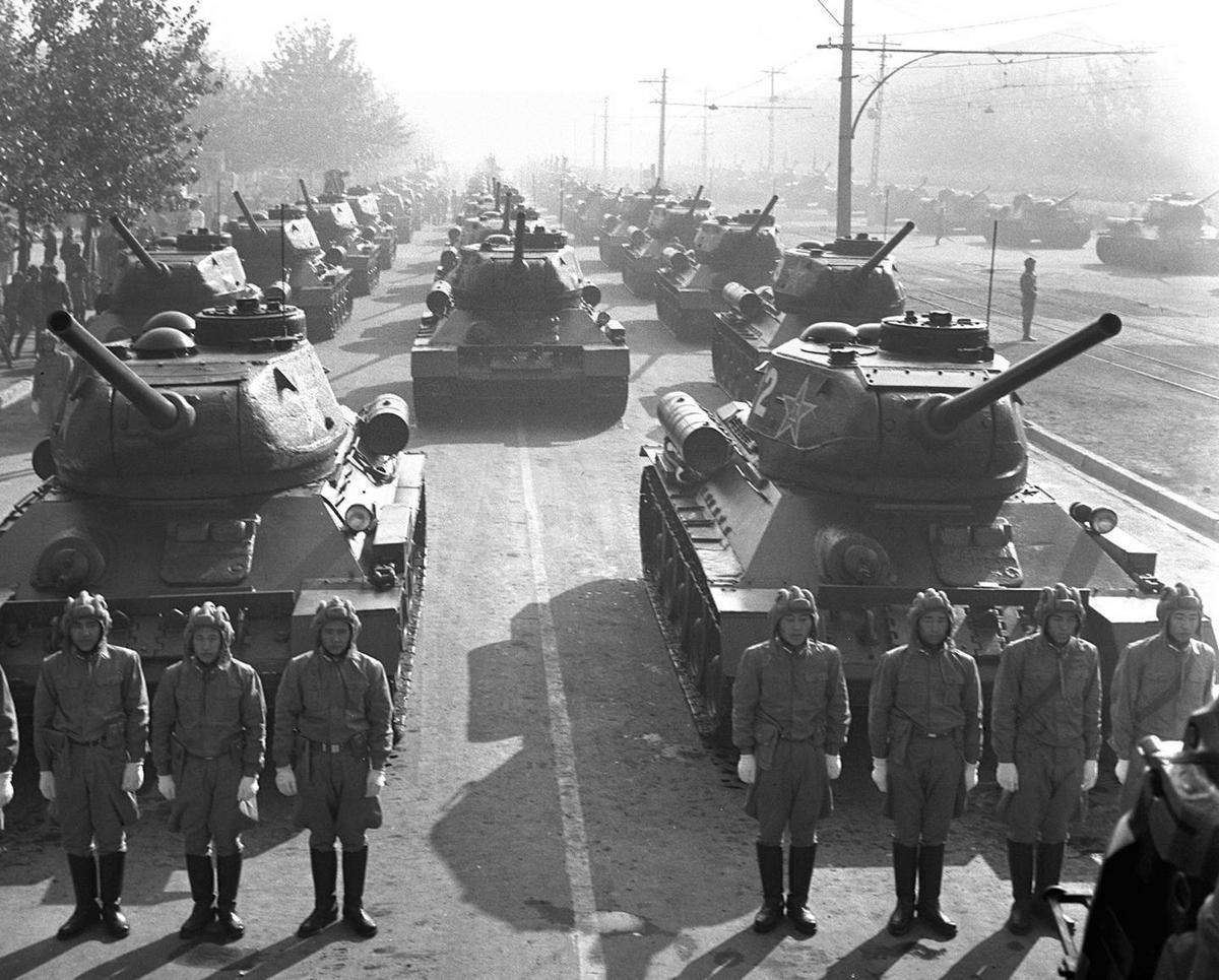 1956年国庆,阅兵式在大雨中进行,这是新中国成立后国庆阅兵中唯一一次