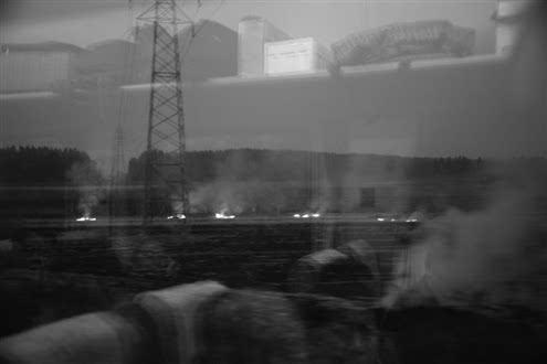 昨日,东营开往济南的火车路过博兴段时,记者发现有人在焚烧玉米图片