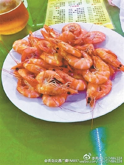 """虾"""" 昨日,有网友爆料称,在青岛市乐陵路92号的""""善德活海鲜烧烤家常菜"""""""