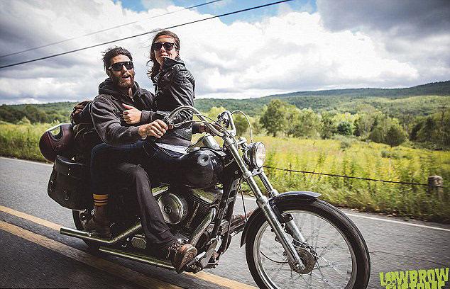 美摩托车情侣行驶摩托上完成订婚