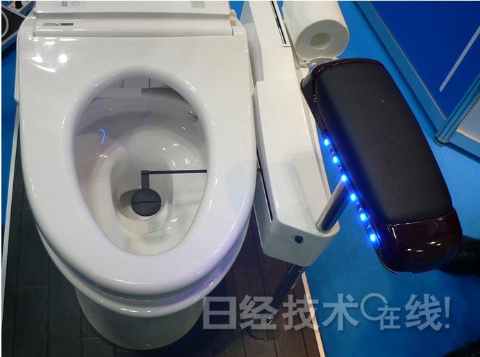 坐便器采用与扶手一体化的结构,可以安装在通常的洗手间中.