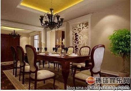 欧式复古台灯,棕色布艺沙发搭配上褐色的古典书柜给