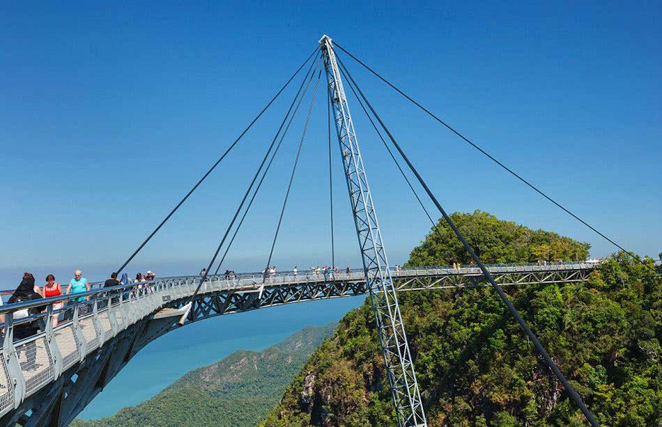(网页截图) 今年9月,中国河南云台山玻璃栈道裂纹吓坏游客,目前该桥