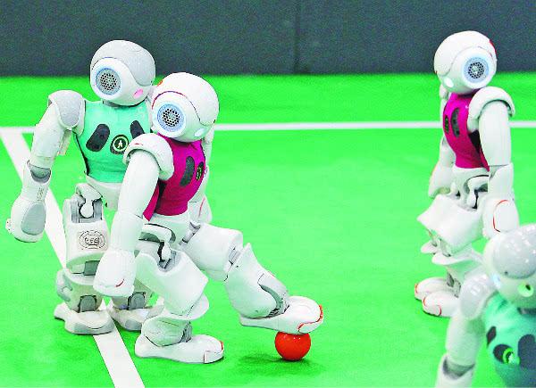 足球机器人正在表演.