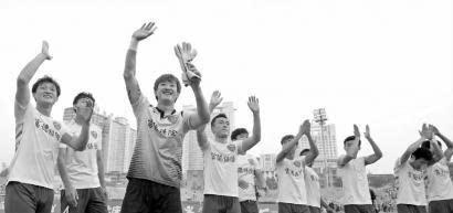 延边队巡游庆祝冲超成功 上千群众夹道祝贺