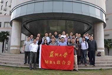 第六届mba联合会秘书长杜林芳向与会的全体mba学员代表作了第六届mb图片