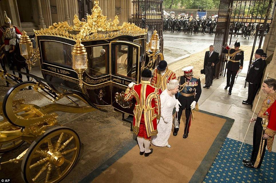 马车的设计与制作参考了各种皇家马车的元素,集合了镀金液压装置,马达