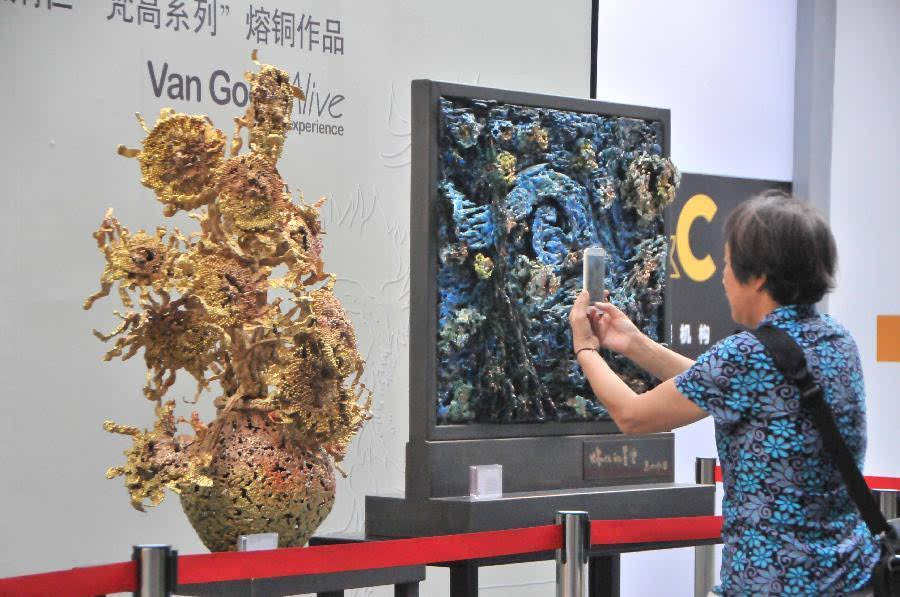 """新闻 正文  当日,由中国工艺美术大师,铜雕艺术家朱炳仁创作的""""梵高图片"""