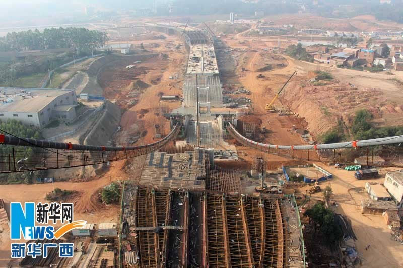 这是广西南宁市良庆大桥—五象大道立交工程南北走向主引桥主体施工图片
