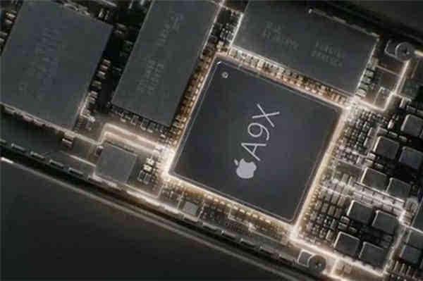 今天,A9处理器版本检测器的作者hiraku(皮乐)分享了一份最新的报告,他对苹果刚推送的iOS9.1正式版固件进行了分析iOS 9.1将是iPad Pro的预装系统。 hiraku对比了iOS 9.1固件中iPhone和iPad Pro的芯片型号代码,可以看到在iPhone的描述文件中有S8003和S8000两个平台,也就是台积电和三星代工的A9处理器区别所在。 iOS 9.