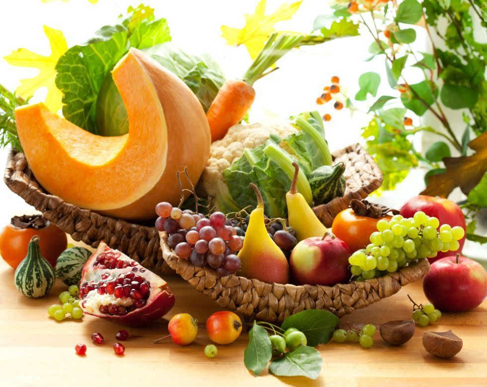 最适合秋天吃的时令水果 农业科技的发展使得食物越来越容易得到,很多消费者并不清楚什么才是真正的应季果蔬。其实,对于北方来说,冬末春初这段时间几乎没有应季水果,从5月份开始,草莓、枇杷上市,6月份开始吃樱桃、杨梅、杏,7、8月份是享用西瓜、荔枝、桃和甜瓜的季节,而大部分水果都是秋天成熟的。从9月开始到12月,水果最为丰富,苹果、梨、石榴、猕猴桃、火龙果、柚子、橙子、冬枣都大量上市。这八种水果正是我们最常吃到的秋天时令水果。 秋天的苹果、橙子最新鲜,品质味道也是最好的。但很可惜,一些人喜欢买提前上市的苹果、