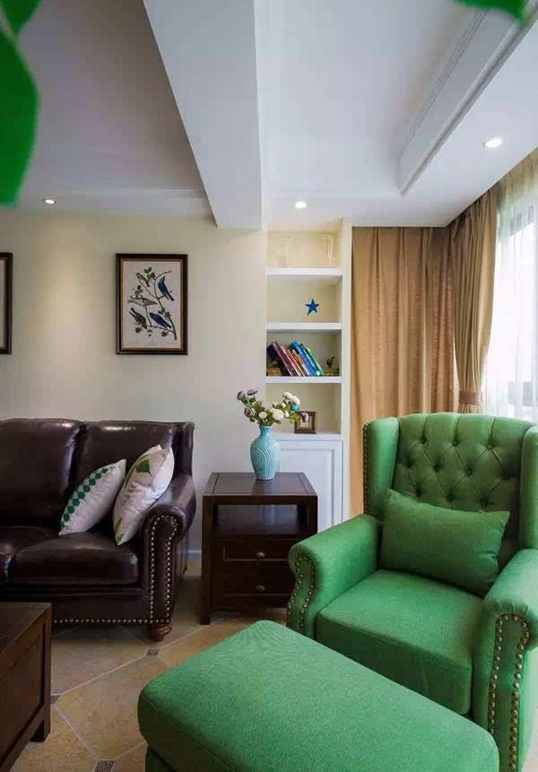 深色的皮沙发搭配一个翠绿色的单人位,瞬间感觉清新图片