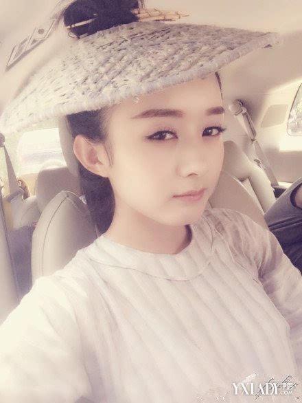 赵丽颖萌照戴帽子自拍照