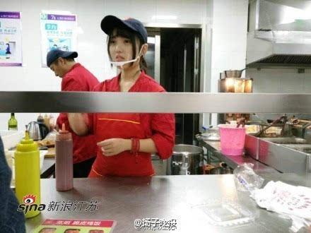 组图:食堂女神走红 有人为看她排队打饭_手机搜狐网