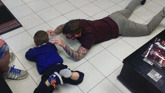 面对一个自闭症的小朋友 理发师趴到了地上