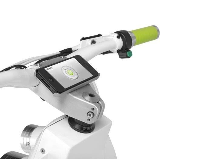 xkuty电动踏板车:太阳能充电 蓝牙头盔