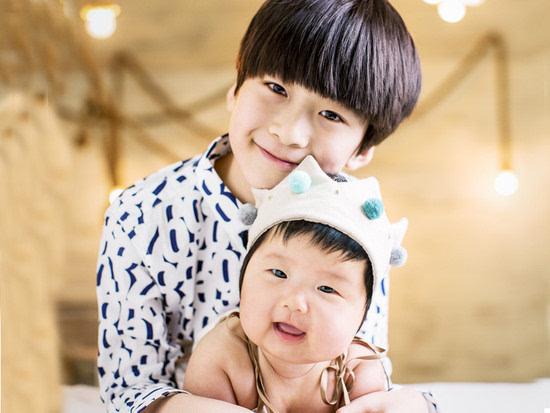 新闻 正文  11月12日是天天8岁生日,张亮在微博中晒出儿子的近照为他